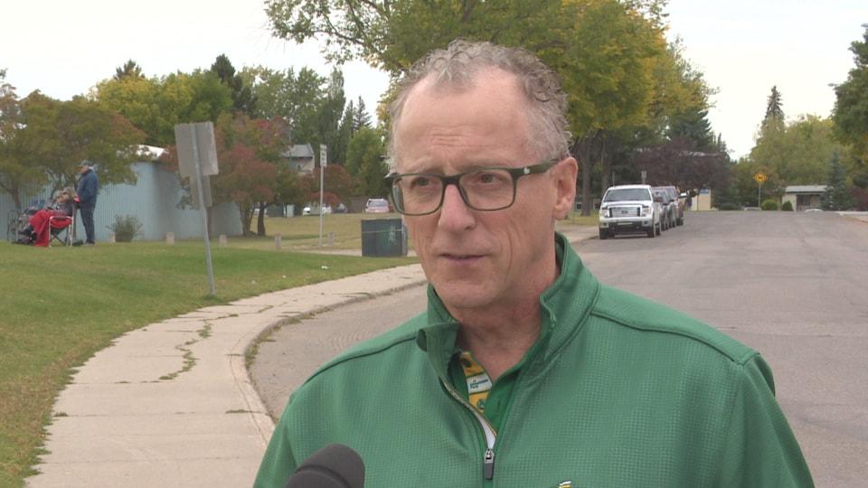 Le candidat Daryl Cooper à l'extérieur lors d'un évènement partisan.