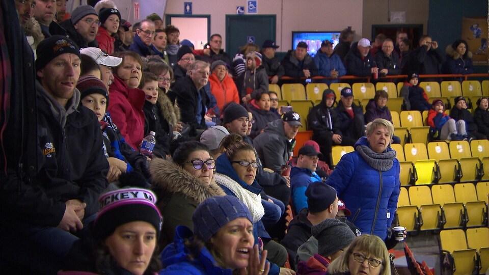 Des spectateurs dans les gradins d'un aréna de Sept-Îles.