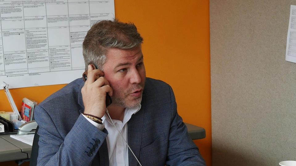 Pascal Bérubé au téléphone.