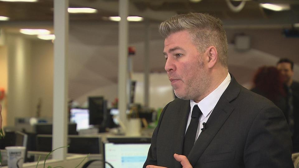 Pascal Bérubé se trouve devant un ordinateur et il répond à des questions d'un journaliste.
