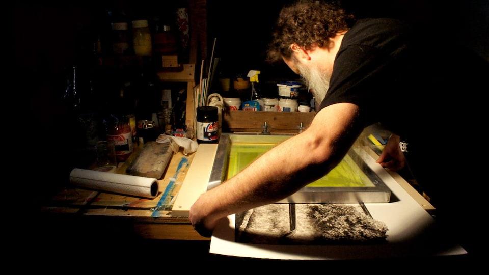 Pascal Picard travaille dans son atelier.