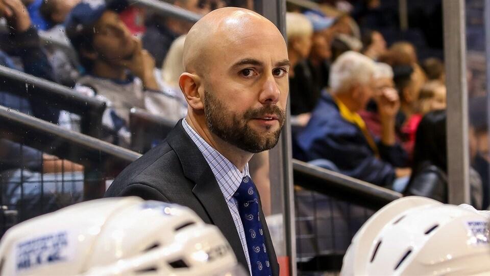 L'entraîneur-chef du Moose du Manitoba Pascal Vincent dirige un match de hockey.