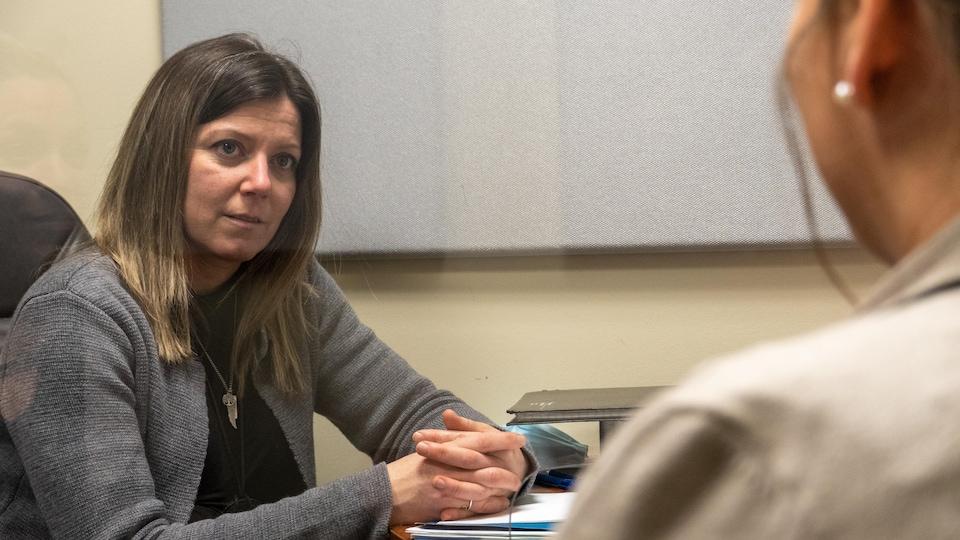 Pascale Chouinard en entrevue avec une personne de dos.