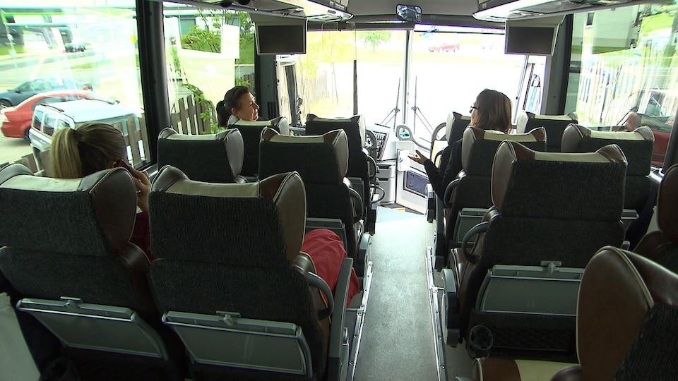 Passagers à bord d'un autobus d'Intercar au terminus de Sept-Îles.