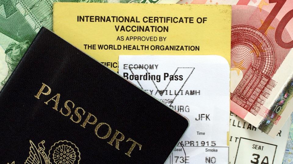 Un passeport, un carnet de vaccination, une carte d'embarquement et des euros.