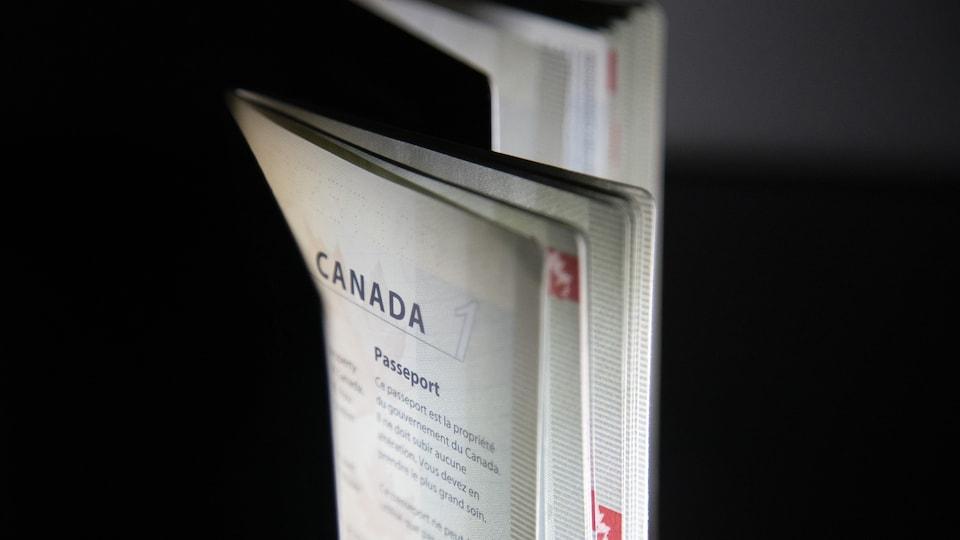 Des passeports canadiens entrouverts, dont on voit la première page.