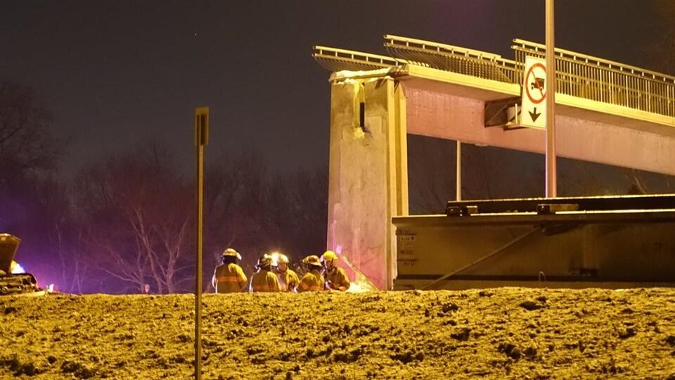 Des pompiers réunis sur les lieux de l'accident, en février 2015.