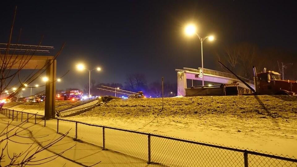 La passerelle s'est effondrée sur la route 132, à Longueuil, en février 2015.