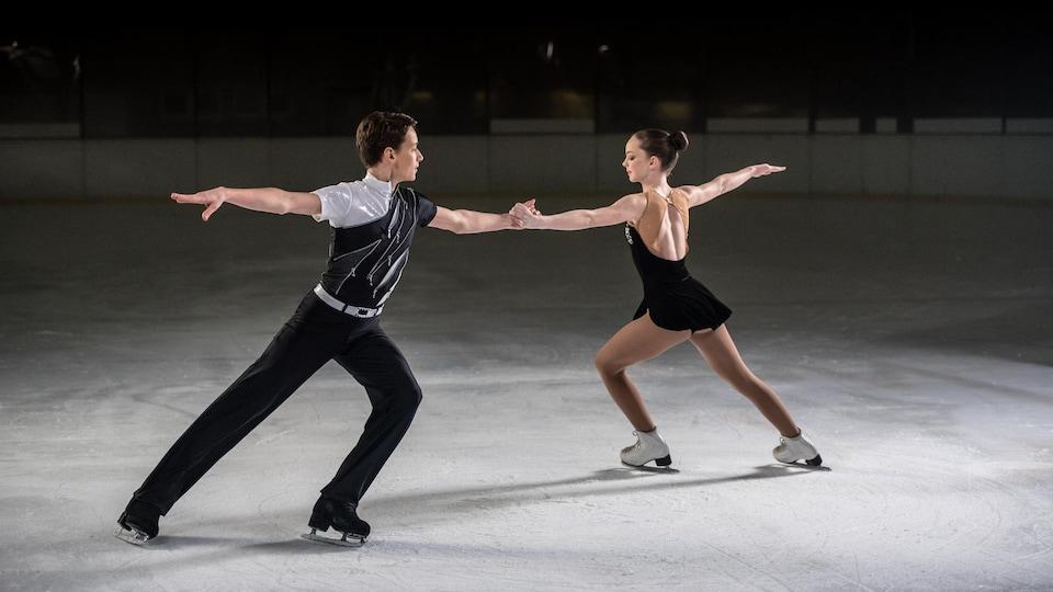 Un couple de patineurs artistiques.