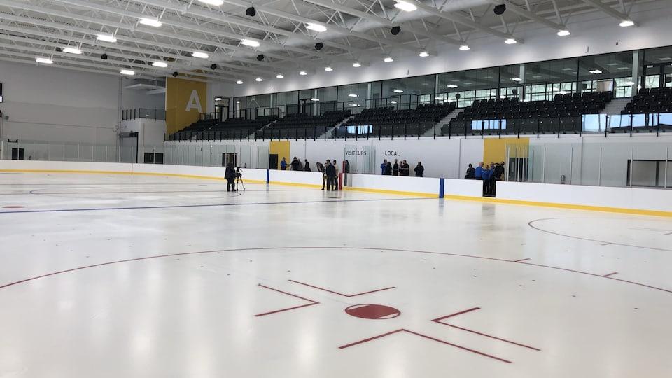 Une patinoire intérieure est aménagée comme les glaces nord-américaines qui accueillent des matchs de hockey.