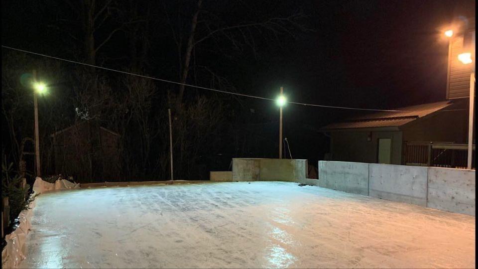 La patinoire maison des Rivera vue de nuit.