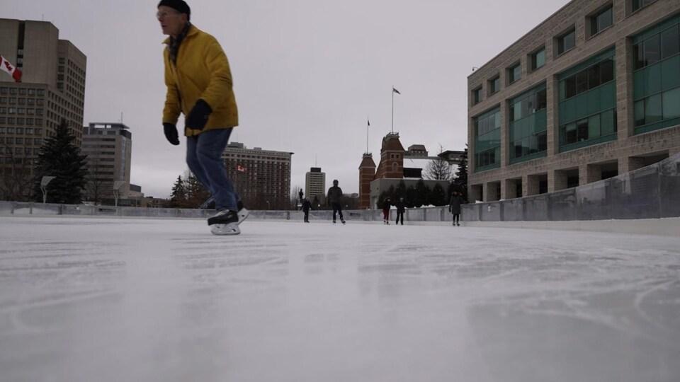Des gens patinent sur une patinoire extérieure d'Ottawa.