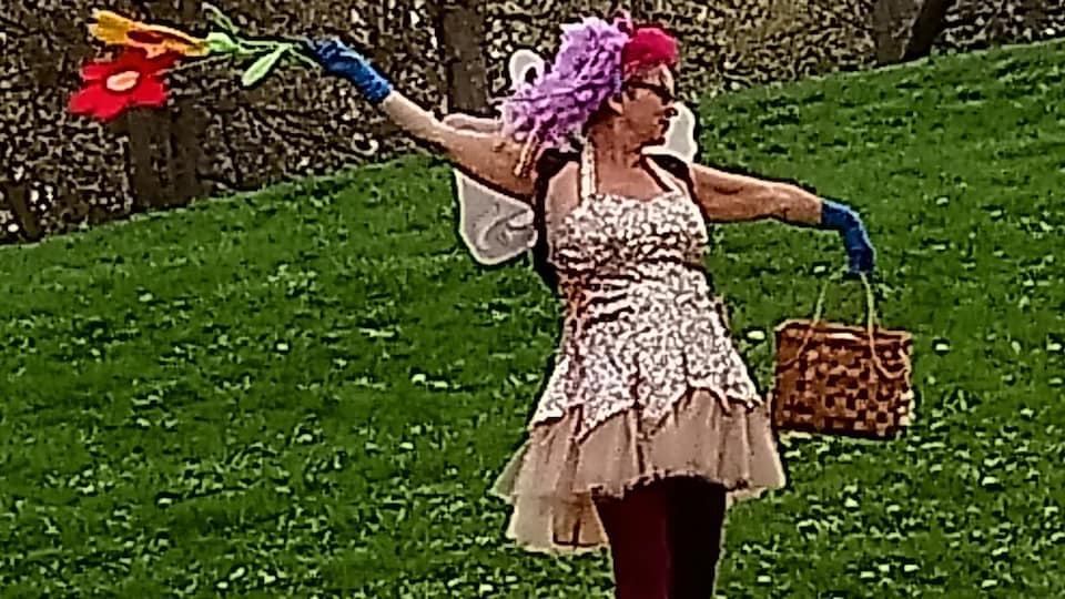 Patricia Fell dans un parc.