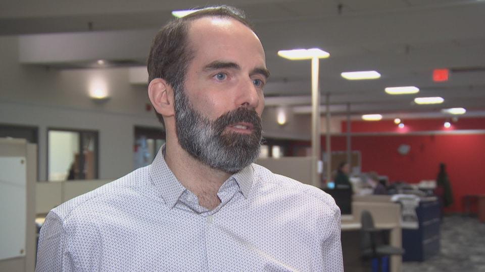 Le chroniqueur Patrick Duquette en entrevue dans les locaux du Droit.