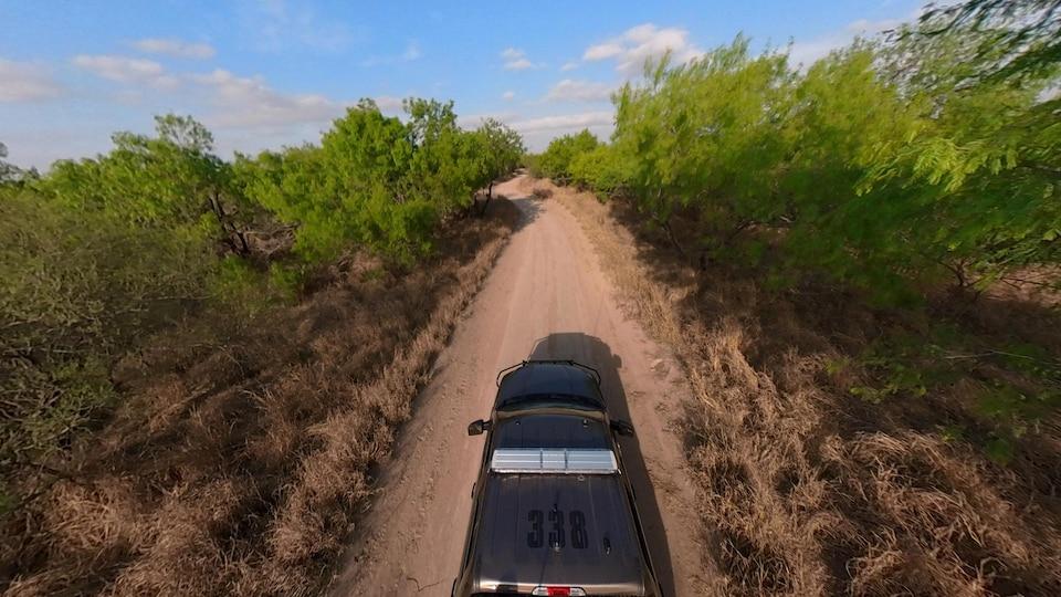 Une voiture sur une route de terre