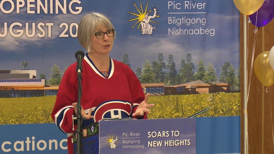 La ministre fédérale Patty Hajdu parle à une tribune.