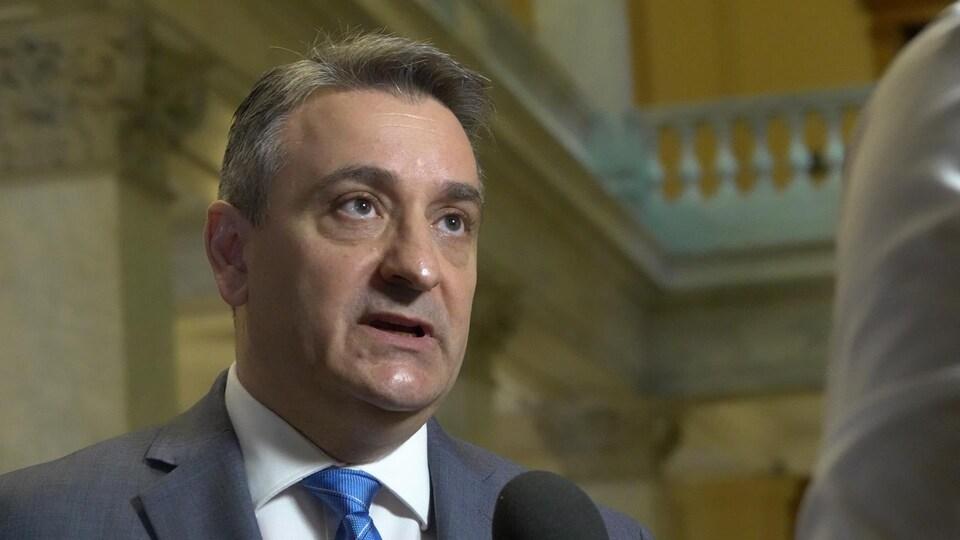 Paul Calandra répond au micro d'un journaliste de Radio-Canada.