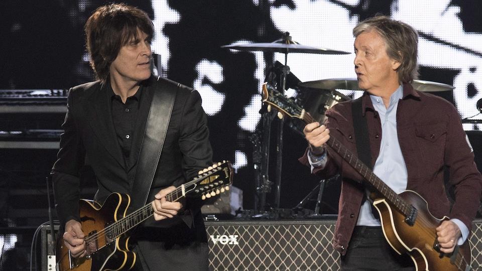 Paul McCartney, avec sa célèbre basse Höfner, donne la réplique au guitariste Rusty Anderson pendant le premier spectacle de la tournée mondiale Freshen Up, le 17 septembre 2018, au Centre Vidéotron de Québec.