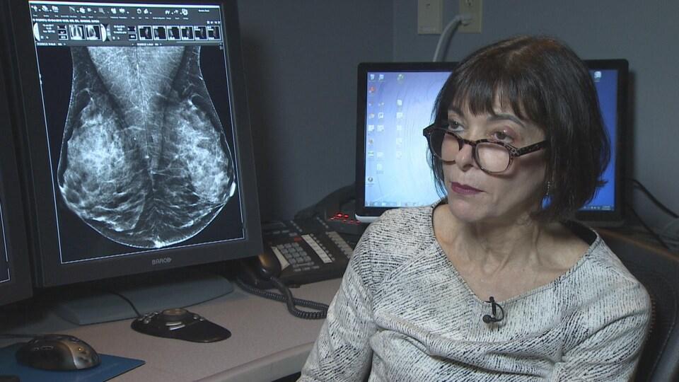 La radiologiste Paula Gordon devant les résultats d'une mammographie.