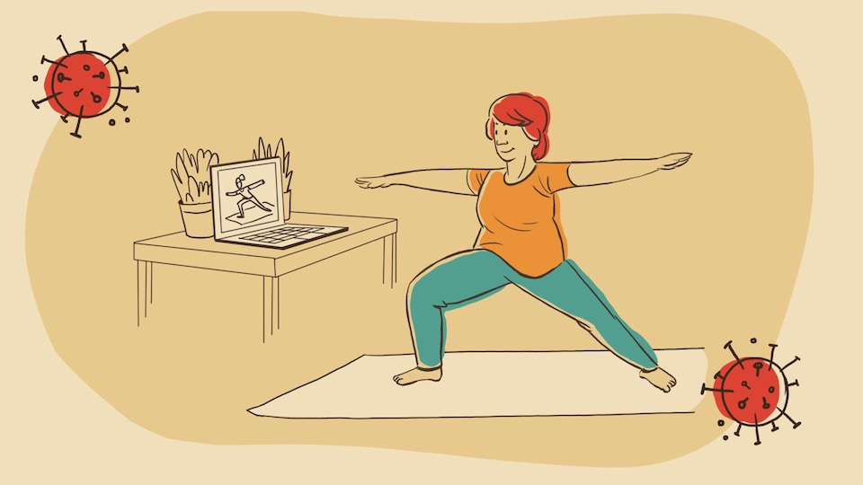 Pauline suit un cours de yoga en ligne.
