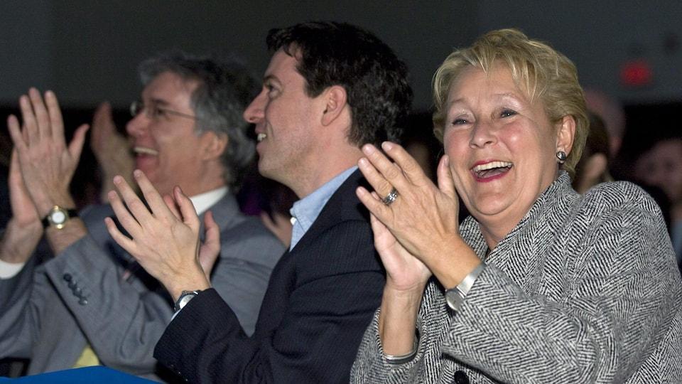 Jonathan Valois applaudit, assis aux côtés de Pauline Marois.