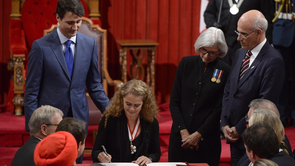 Julie Payette assise à une table au Sénat.