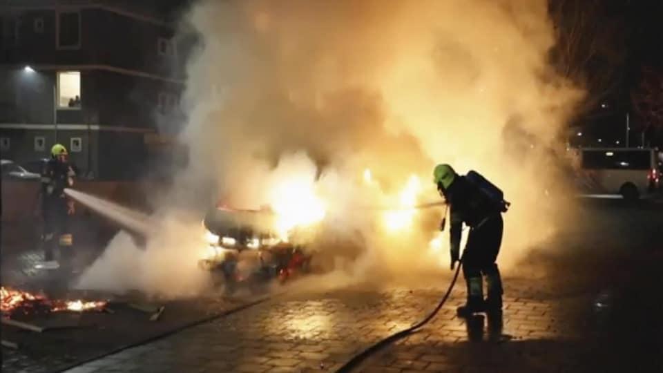 Des pompiers éteignent un incendie.