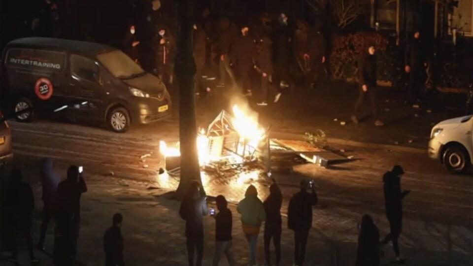Un incendie déclenché par des émeutiers.