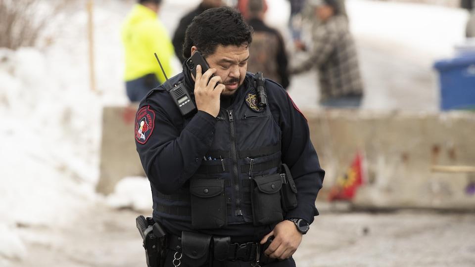 Un policier des Peacekeepers au téléphone.