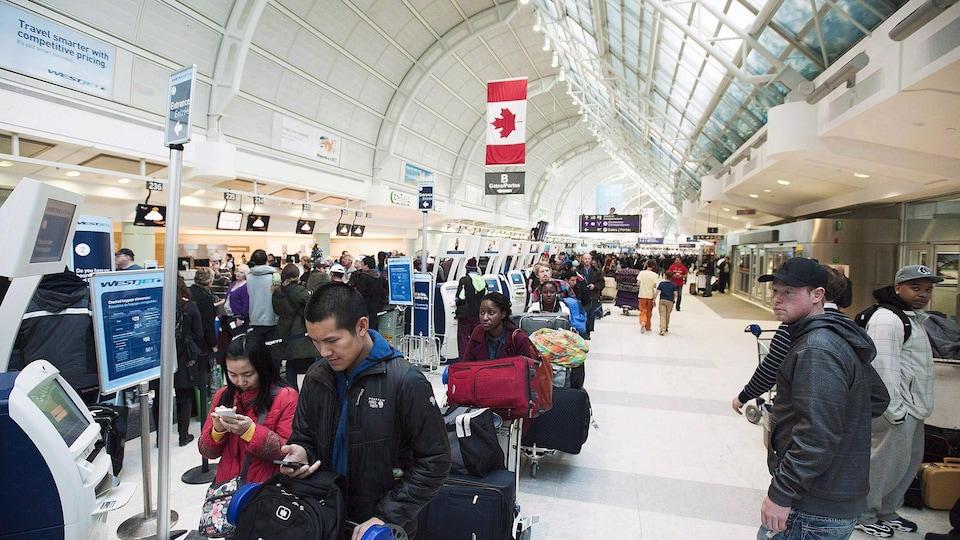 Des gens font la file à l'aéroport Pearson de Toronto