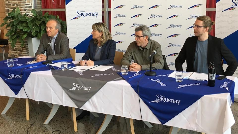 De gauche à droite: le conseiller municipal de Saguenay, Martin Harvey; la mairesse de Saguenay, Josée Néron; le président de Contact Nature, Dany Tremblay et son directeur général, Marc-André Galbrant