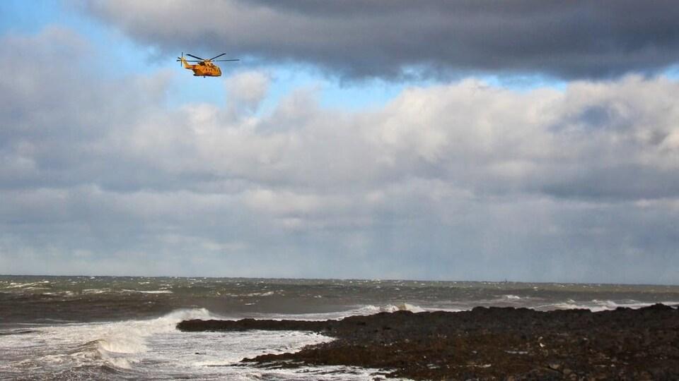 Des équipes de recherche et sauvetage tentent de retrouver les pêcheurs disparus dans des eaux troubles, au large de Digby en Nouvelle-Écosse.