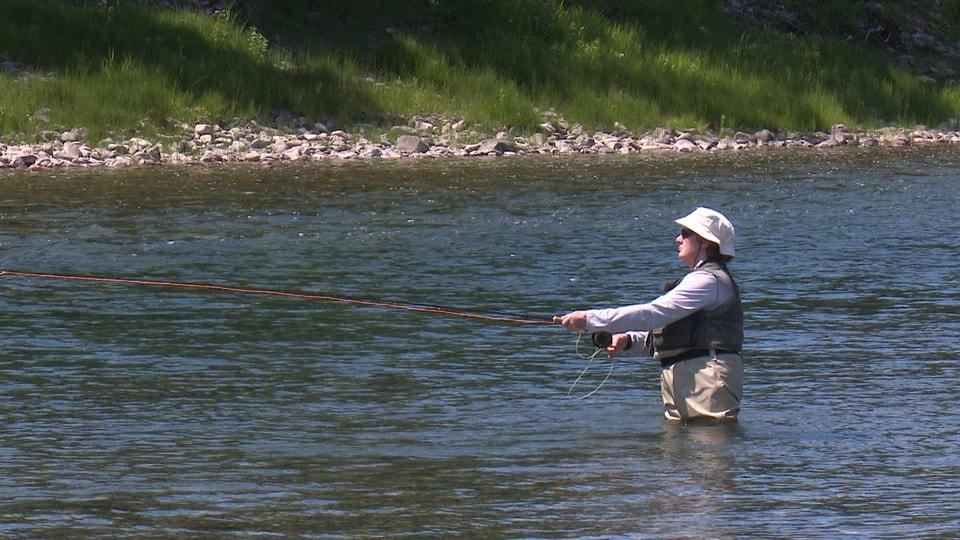 Un pêcheur dans la rivière Bonaventure.