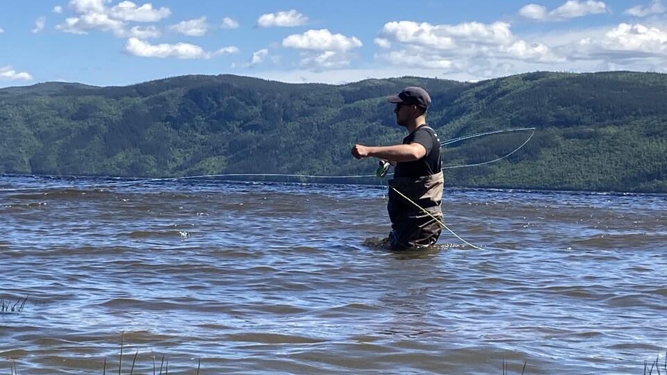 Un pêcheur dans les eaux du Saguenay.