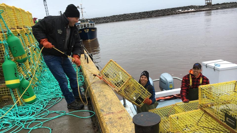 Des pêcheurs de homards au quai de L'Anse-à-Beaufils, en Gaspésie