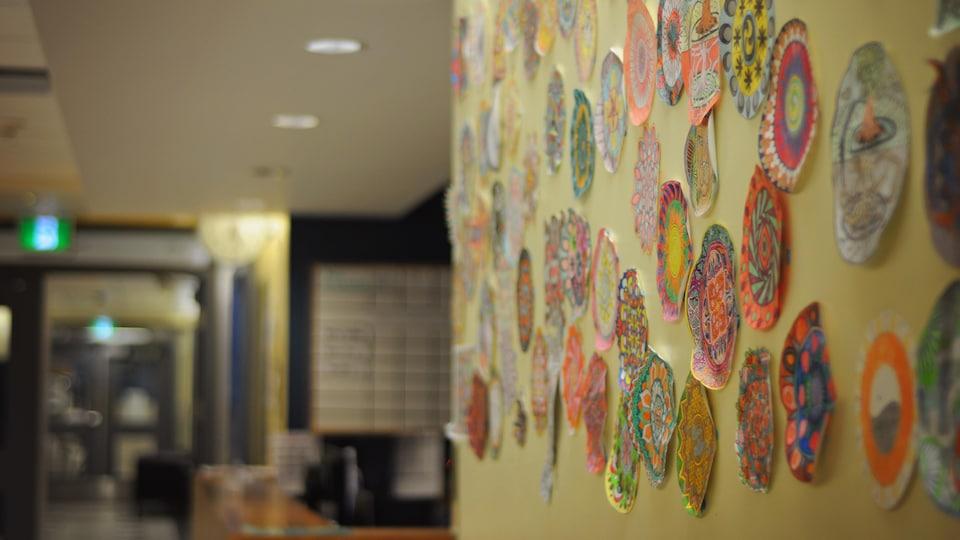 Un mur de l'hôpital de jour avec des mandalas.