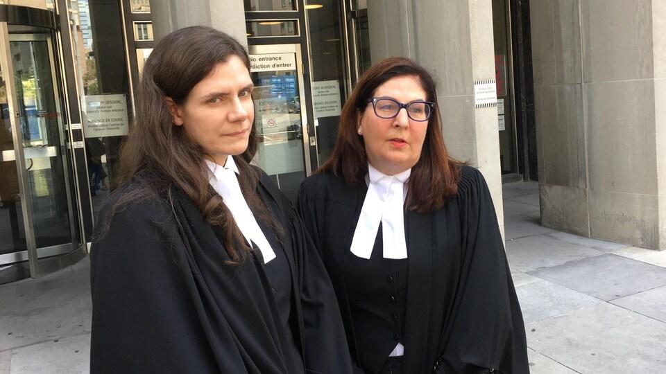On voit les procureures de la Couronne Meghan Scott et Mary Humphrey à la sortie du palais de justice de Toronto.
