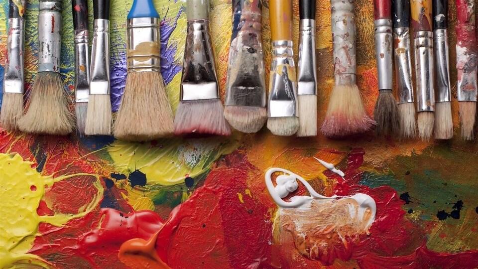 Des pinceaux et de la peinture d'artiste