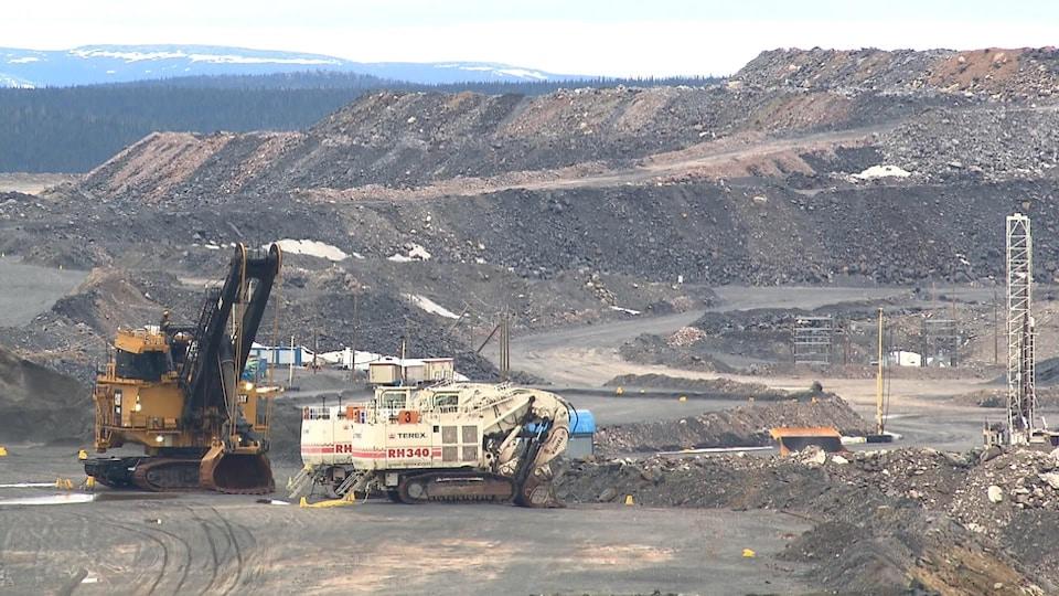 Des pelles mécaniques stationnées sur le site de la mine du lac Bloom, près de Fermont.