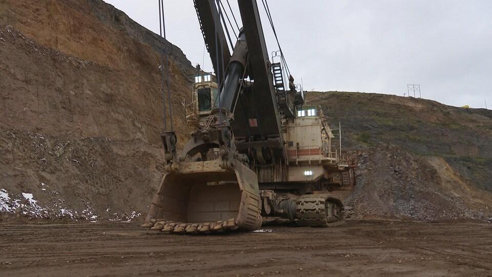 Pelle mécanique d'Arcelor-Mittal au mont Wright, près de Fermont.