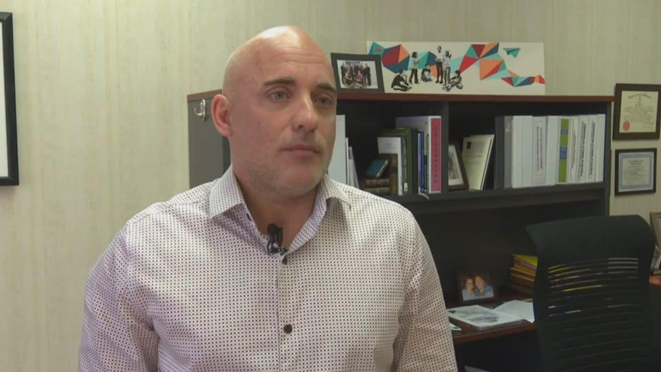 Marc Pelletier interviewé dans son bureau.