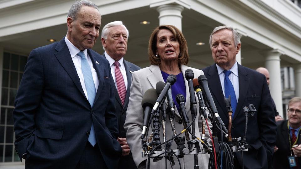 Nancy Pelosi s'adresse aux journalistes, aux côtés de Chuck Schumer, Steny Hoyer et Dick Durbin.
