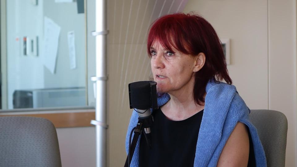 Pénélope Mallard parle au micro à l'émission Info Réveil dans les studios de Radio-Canada à Rimouski.