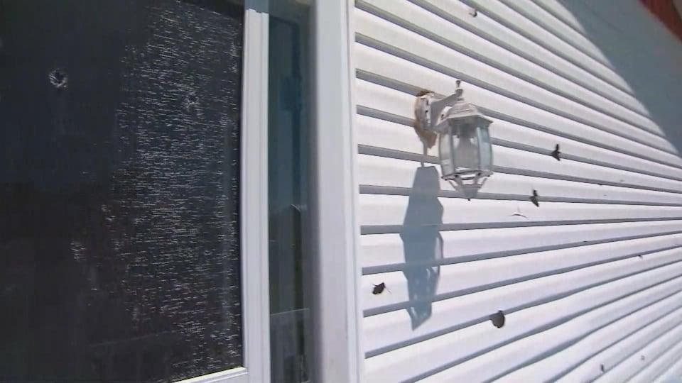 La grêle a laissé des dégâts importants sur la paroi de certaines maisons.