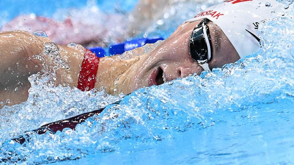 La nageuse canadienne prend une respiration pendant une course.