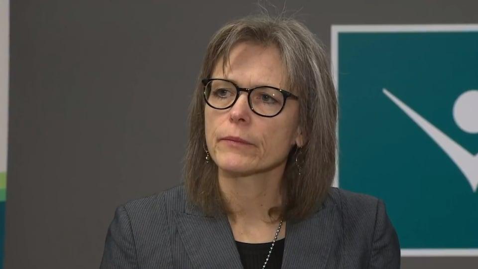 Penny Sutcliffe en conférence de presse pour la COVID-19.