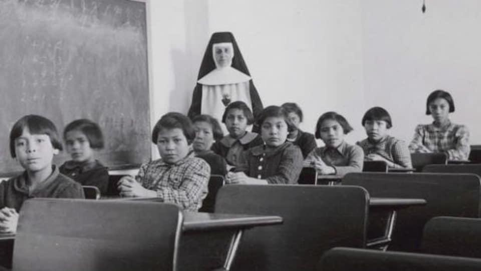 Des élèves et une religieuse posent dans une salle de classe du pensionnat indien Cross Lake, à Cross Lake, au Manitoba, sur une photo d'archives.