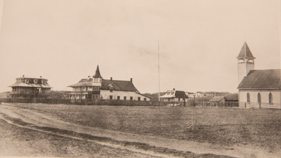 Une photo prise en 1906 de l'ancien pensionnat pour Autochtones, Saint-Barnabas, situé sur le territoire de la Première Nation crie d'Onion Lake, en Saskatchewan.