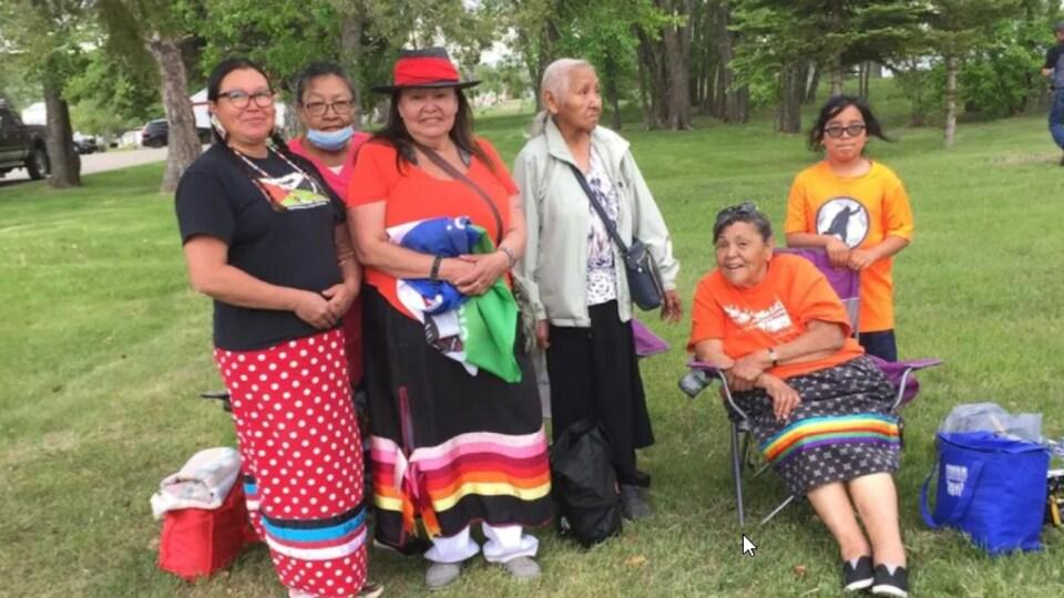 Un groupe de femmes pose devant la caméra.