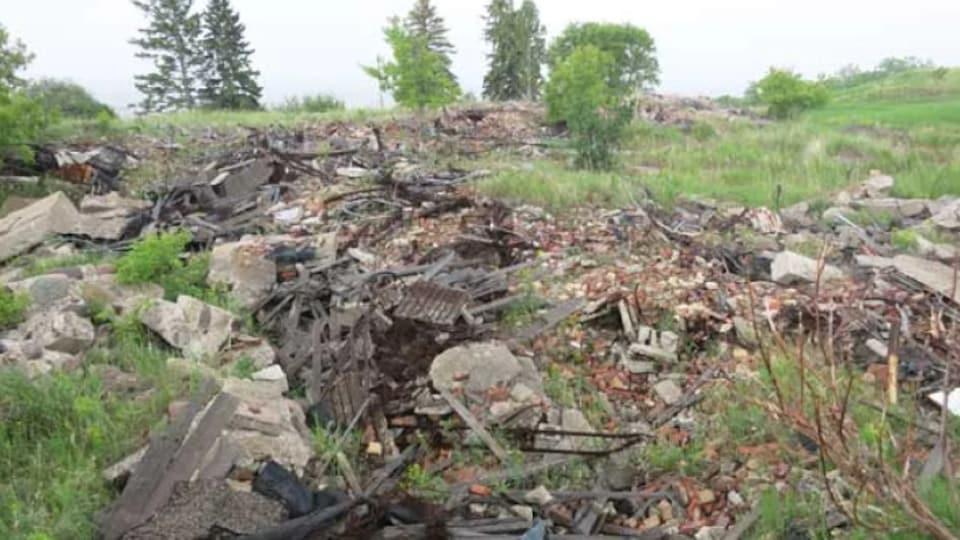 Des décombre sur le terrain de l'ancien pensionnat autochtone de Brandon.